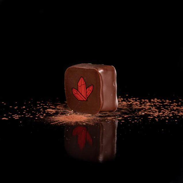 QUARTZ ROSE :                       Ganache chocolat noir 63% pulpe de cassis myrtille